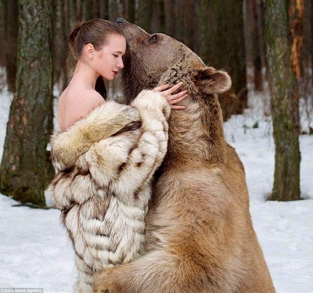【画像】女性モデルとヒグマのツーショットが話題に ロシア
